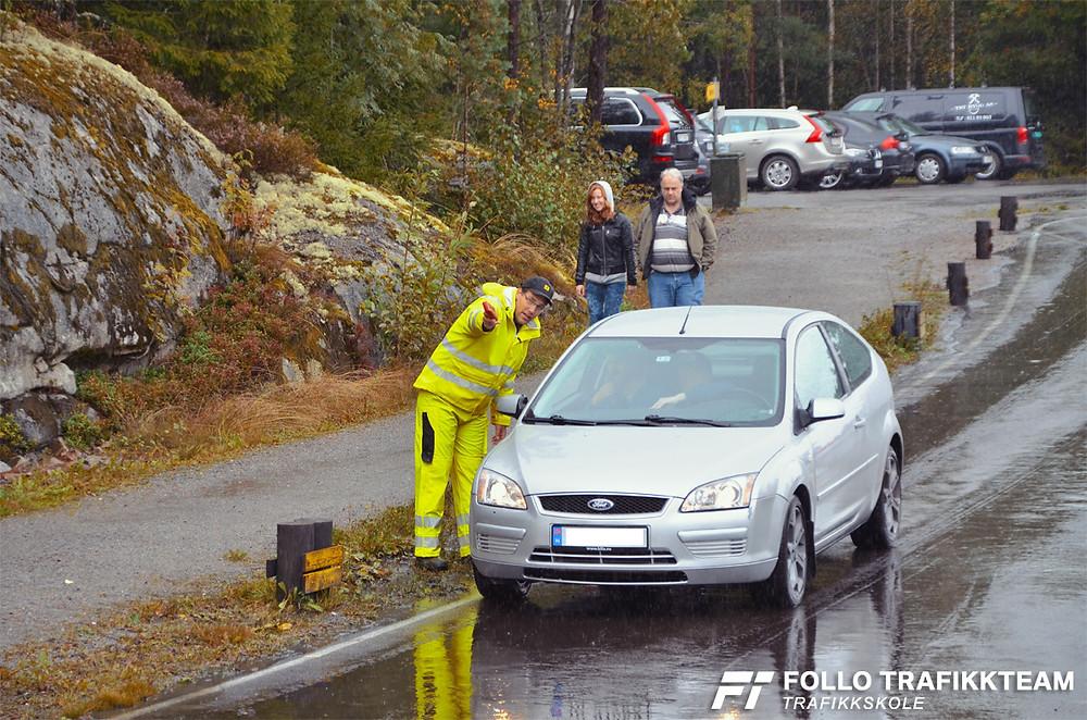 På tross av regnet var det full aktivitet, og her ser vi en godt synlig trafikklærer Øystein Nygård som lyser opp og gir tips til besøkende på NAFs åpen dag.