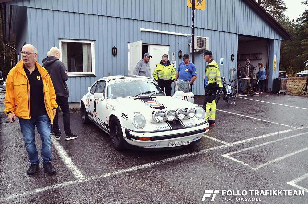 Åpen dag NAF Øvingsbane Nesodden. Her ser vi Tore Johannesen fra AB Trafikkskole forteller om sin rallyriggede Porsche 911.