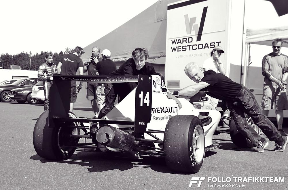 Team Greenpower Racing & Technology på Rudskogen. Bilen til Woldseth Formel Renault skal veies. Foto trafikkskole Follo Trafikkteam