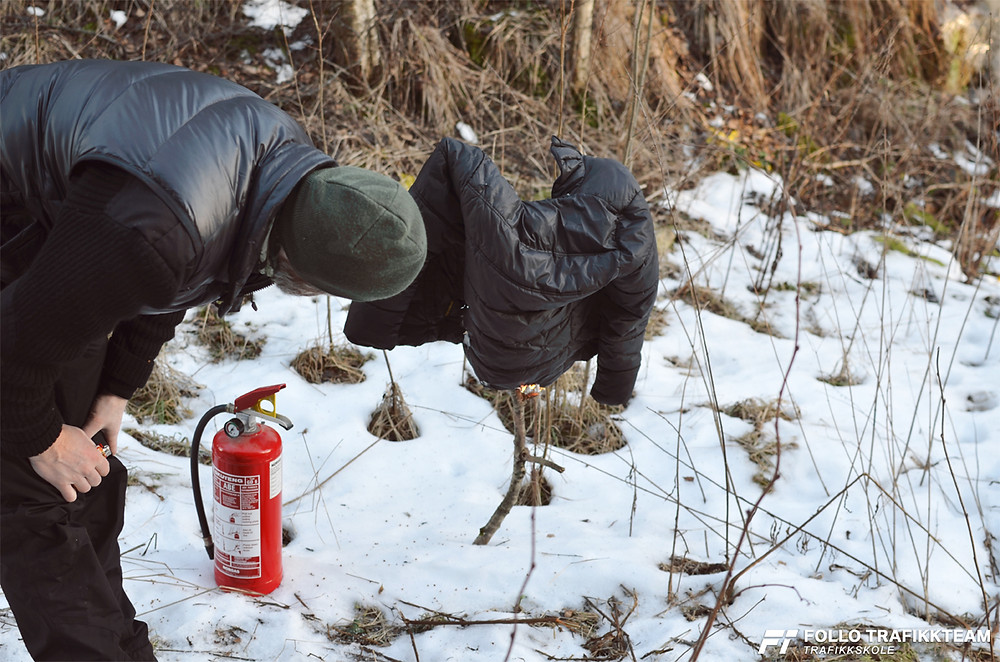 Follo Trafikkteam, trafikkskole i Ski og Oppegård tester brannslukker, og øver på å bruke pulverapparatet på best mulig måte.