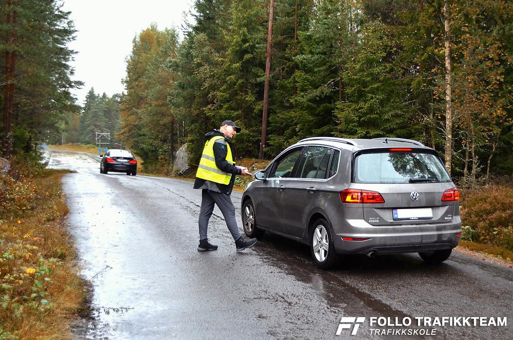 Besøkende får kyndig veiledning av trafikklærer Leif Erik Englund fra trafikkskolen Follo Trafikkteam. NAF Øvingsbane Nesodden