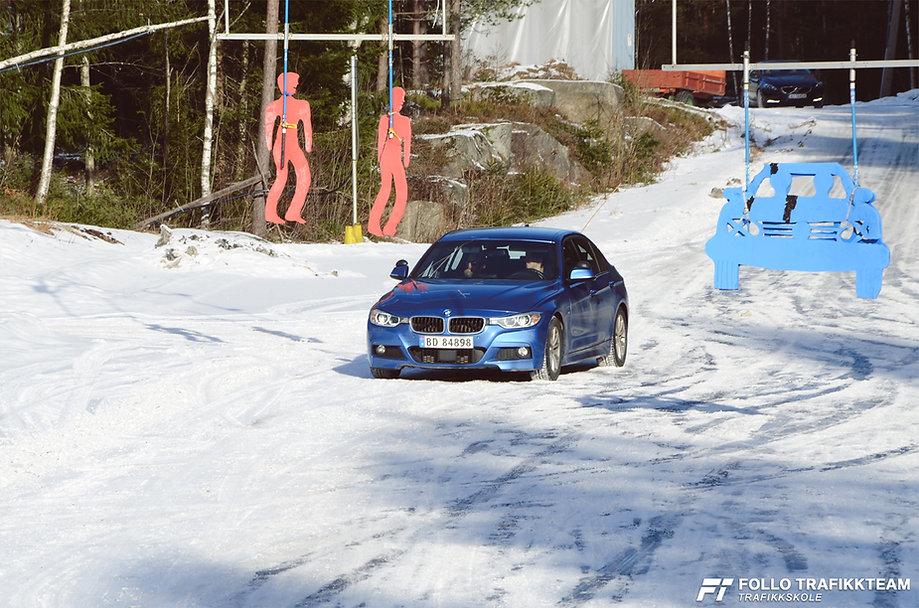 Sikkerhetskurs på bane glattkjøring med trafikkskole Follo Trafikkteam, kjøreskole i Ski og Oppegård. NAF Øvingsbane Frogn(Nesodden).