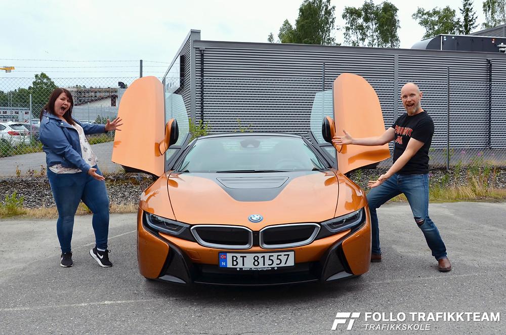Trafikklærere i Follo Trafikkteam Lisa og Grim Ketil er klar for en tur i BMW i8 Roadster
