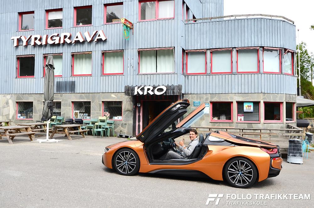 Trafikklærer i Follo Trafikkteam Øystein Nygård i en BMW i8 Roadster, selvfølgelig utenfor Tyrigrava Kro