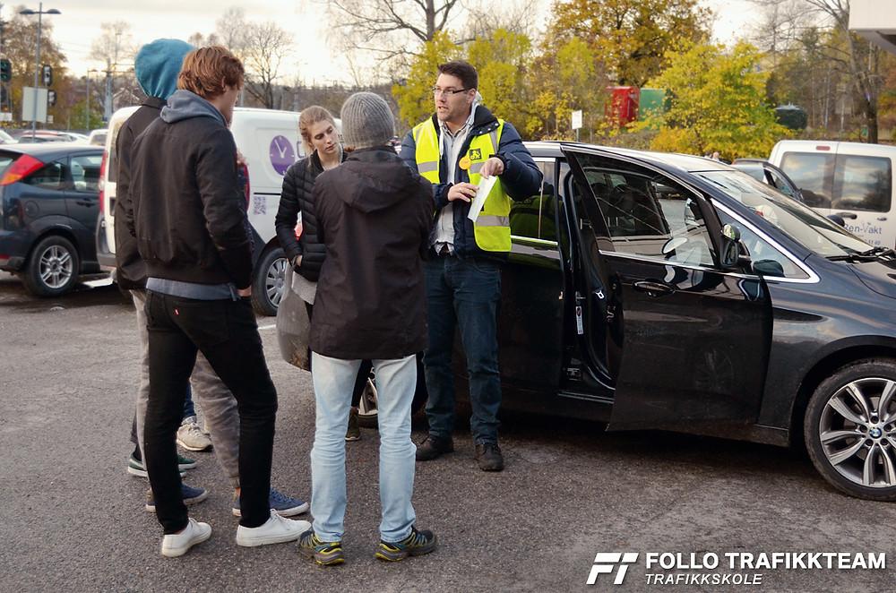 Sikkerhetskontroll av bil hos trafikkskole Follo Trafikkteam
