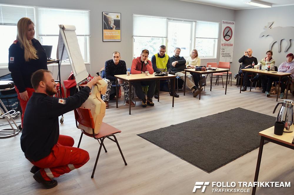 Stian fra Røde Kors demonstrerer hvordan man kan gjøre luftveiene frie på en bevisstløs person. Trafikksikkerhetsdag 2019 på Naf øvingsdabe Nesodden med trafikkskole Follo Trafikkteam