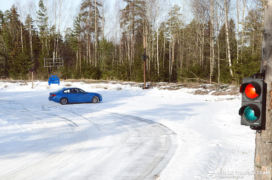 Sikkerhetskurs på bane glattkjøring med elever fra Ski og Oppegård. NAF Øvingsbane Frogn(Nesodden)
