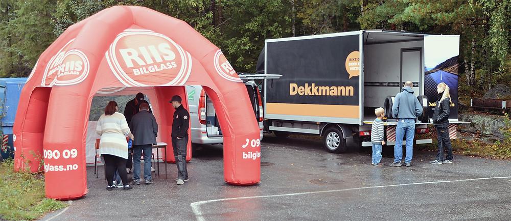 NAF Øvingsbane Nesodden. NAF åpen dag ville ikke vært det samme uten at det lokale næringslivet stilte opp, her ser vi standen til Riis Bilglass og Dekkmann i Ski.
