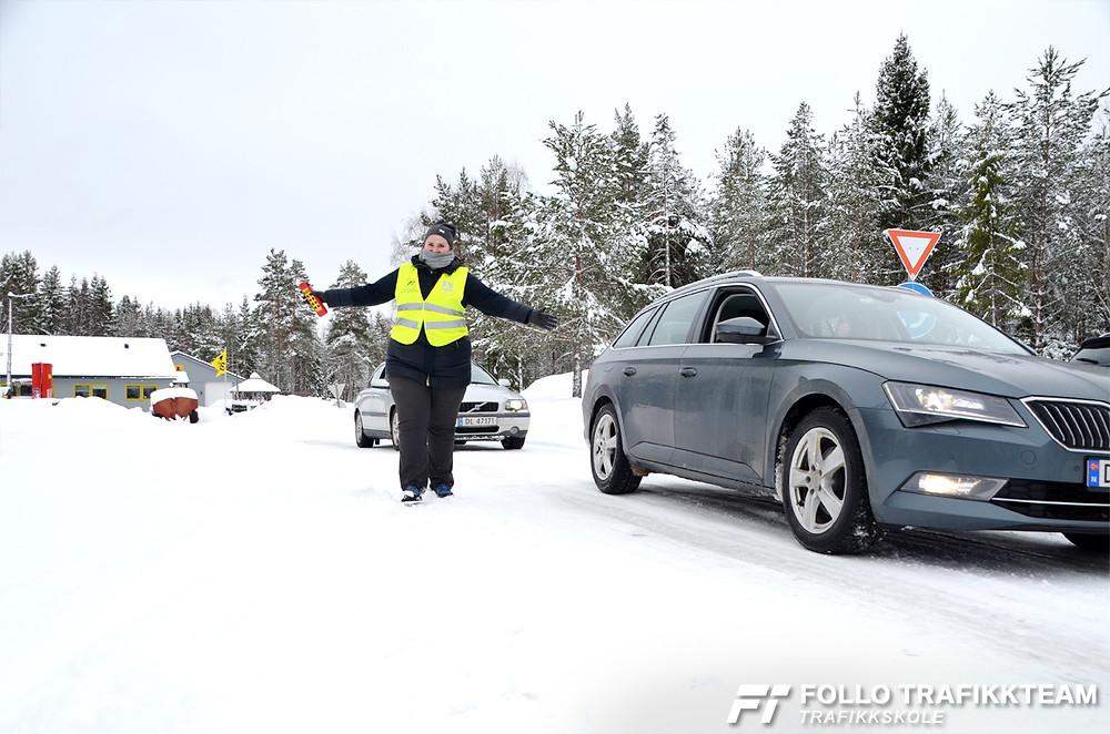 Deltakerne på Trafikksikkerhetsdag 2019  fikk kjøre inn i en venstrekurve i ulike hastigheter, og Lisa fra Follo Trafikkteam guidet dem gjennom på en morsom og trygg måte.