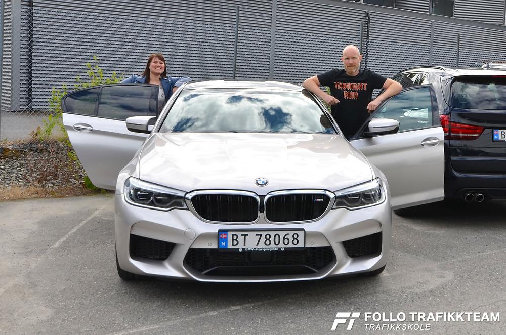 Den nye drømmebilen, en BMW M5, står klar for tur når Lisa og Grim Ketil fra Follo Trafikkteam skal ut på tur.