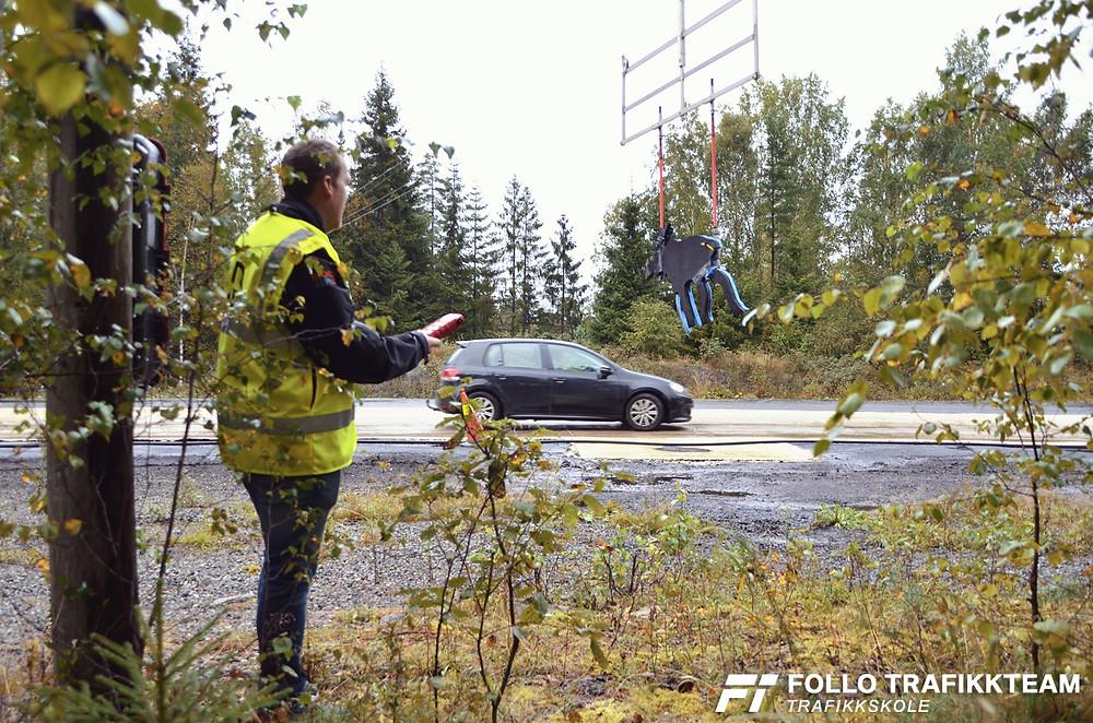 Åpen dag NAF Øvingsbane Nesodden. Trafikklærer Jørgen Solbakk fra Follo Trafikkteam, med god timing, sender elgen ut i veien!