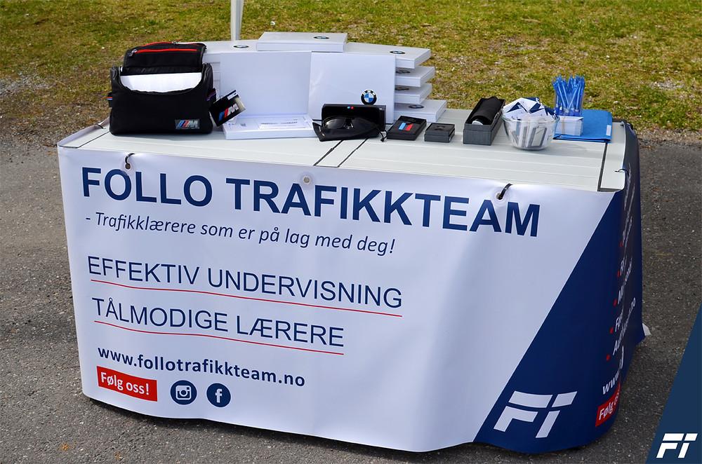 Bord med premiene til konkurransen. Trafikkskole Follo Trafikkteam på Kolbotn IL 100 år jubileumskamp i Sofiemyr. Trafikkskole Follo Trafikkteam er kjøreskole med elever fra Ski, Oppegård, Langhus, Vevelstad, Greverud, Siggerud - fra hele Follo. Vi har også elever fra Oslo.
