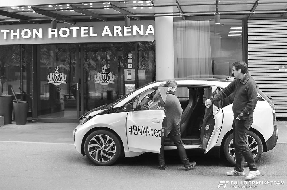 #BMWreporter trafikklerer i Follo Trafikkteam Øystein Nygård med sin BMW i3 foran Thon Hotel Arena
