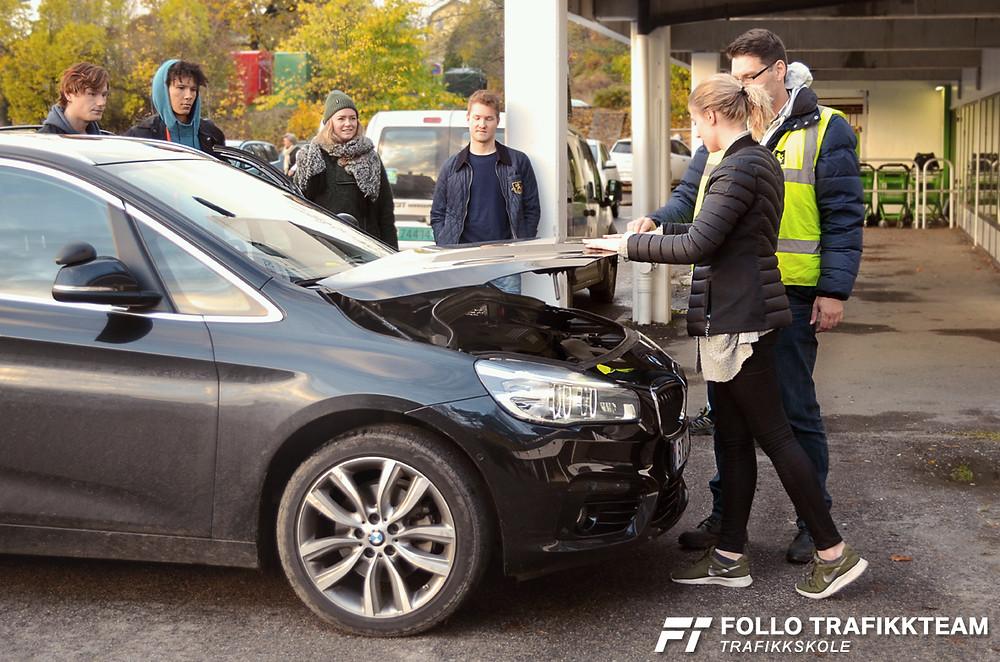 Forberedelser til kontrollspørsmål på førerprøven. Sikkerhetskontroll av bil hos trafikkskole Follo Trafikkteam