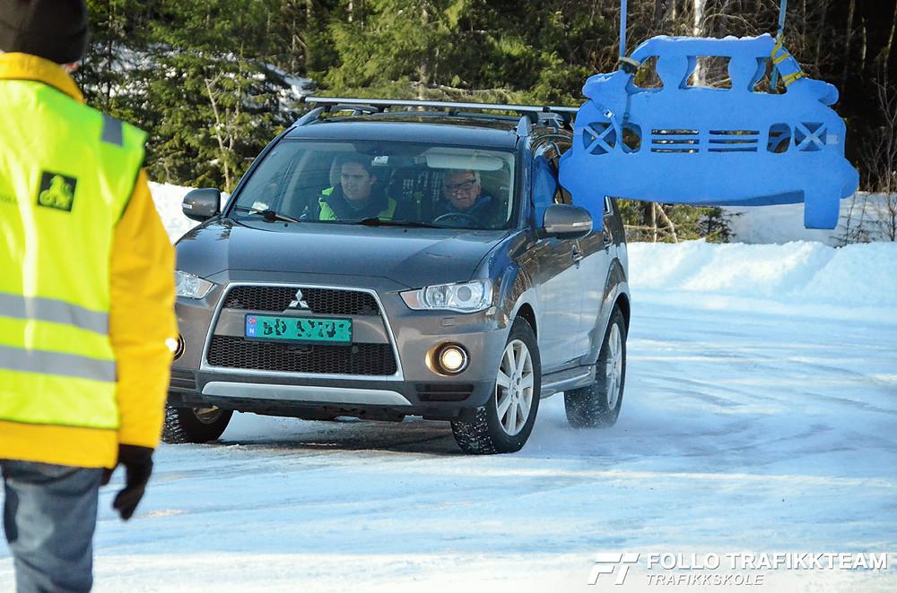 Trafikksikkerhetsdag med trafikkskole Follo Trafikkteam og NAF avd Follo på Nesodden. Sving øvelse