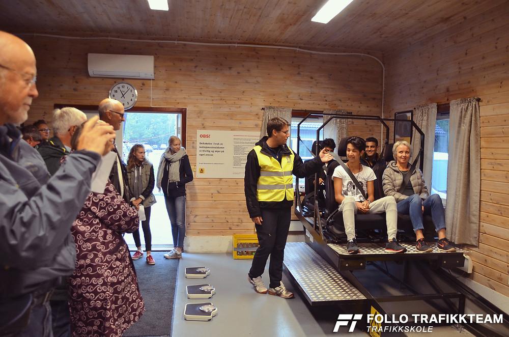 NAF Øvingsbane Åpen dag. Inne i sikkerhetshallen ser vi trafikklærer Øystein Nygård fra trafikkskole Follo Trafikkteam i full gang med å klargjøre for bråstoppen som deltakerne fikk prøve.