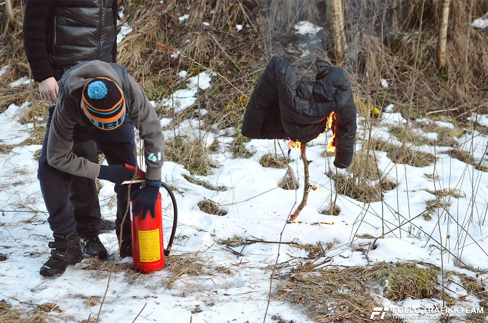 Vi har testet brannslukker, og øvd på å bruke pulverapparatet på best mulig måte.