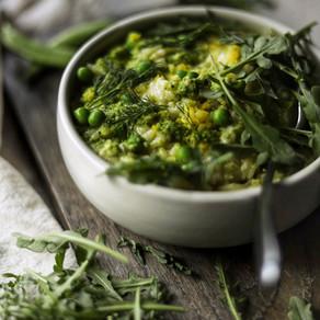 Risotto au pesto de petits pois aux herbes et au fromage suisse