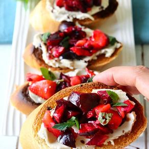 Bruschetta aux fraises et aux cerises