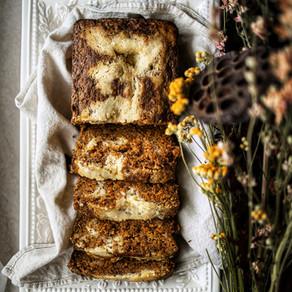Gâteau aux carottes épicées marbré de gâteau au fromage avec coulis au caramel salé