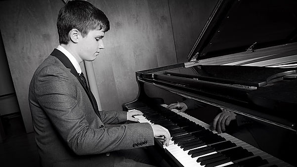 Playing Lessons, Learn to play Piano, Professioan Pianist