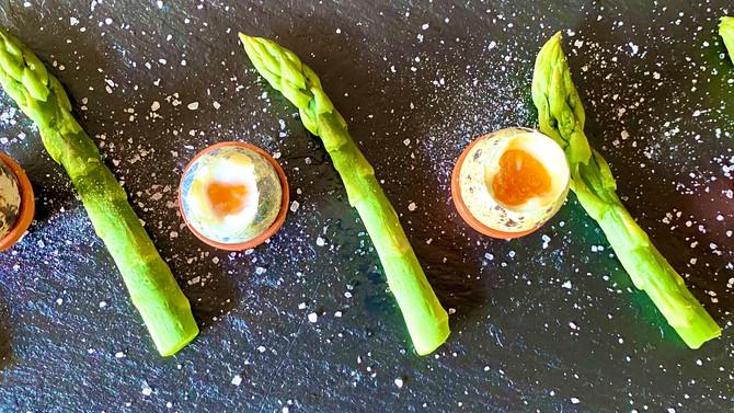Quail eggs with asparagus soldiers