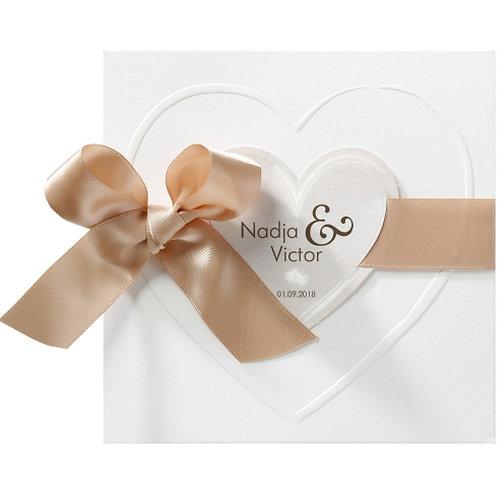 Romantische Hochzeitseinladung auf Perlmuttpapier mit Band und Herzen  – Belarto
