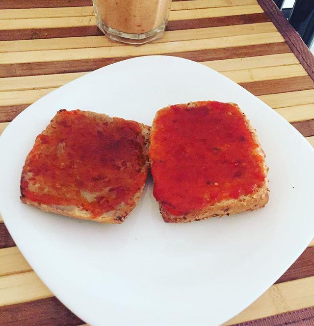 Pane con marmellata di peperoncini
