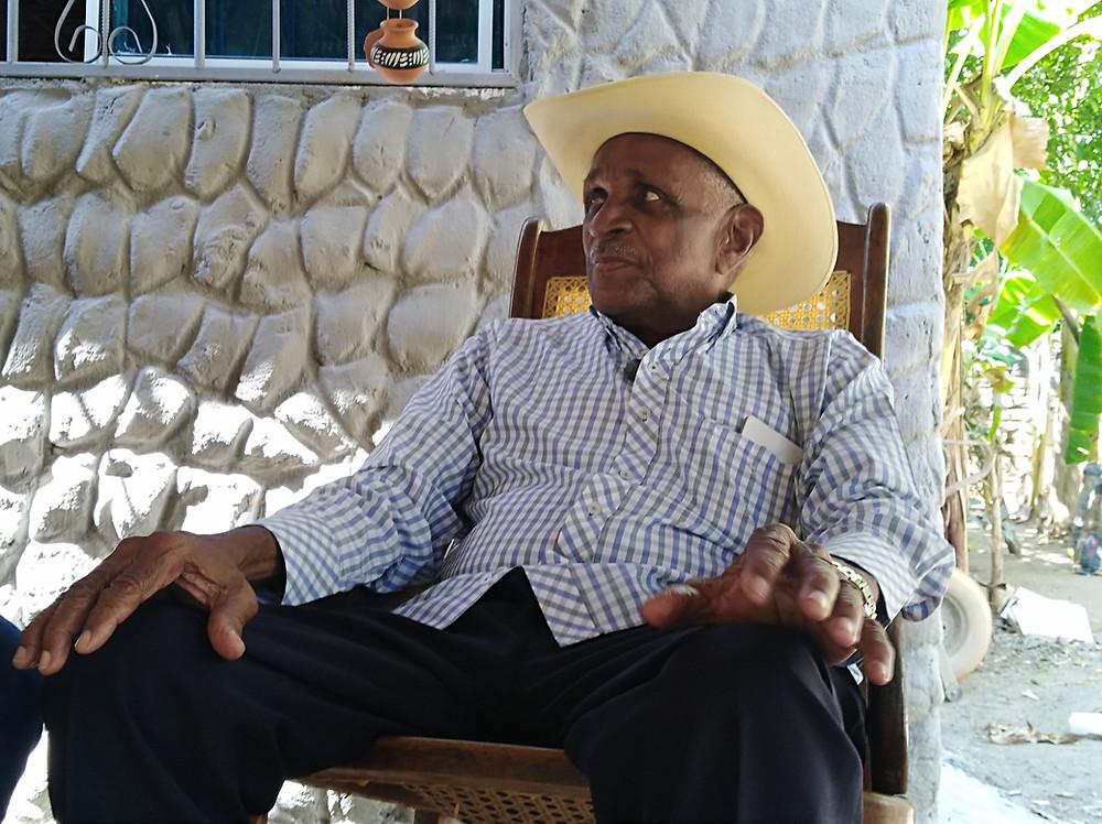 Náfer Durán, sentado en una mecedora en el patio de la casa de su difunto hermano Luis Felipe. Foto: Mariaruth Mosquera.