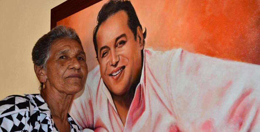 Mama Vila al lado del cuadro de su hijo Diomedes Díaz. Foto Cortesía