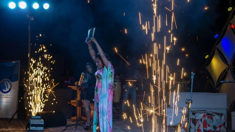 Fabrina Acosta en lanzamiento de su libro en Riohacha, La Guajira. Foto Cortesía Evas y Adanes.