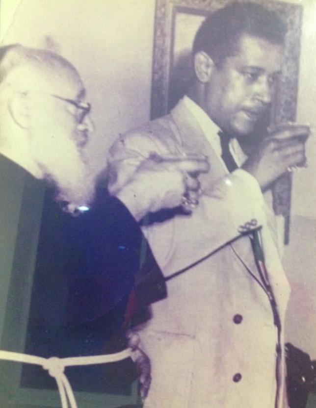 El sacerdote José de Suesca con Ángel Manuel Cabas Fragoso