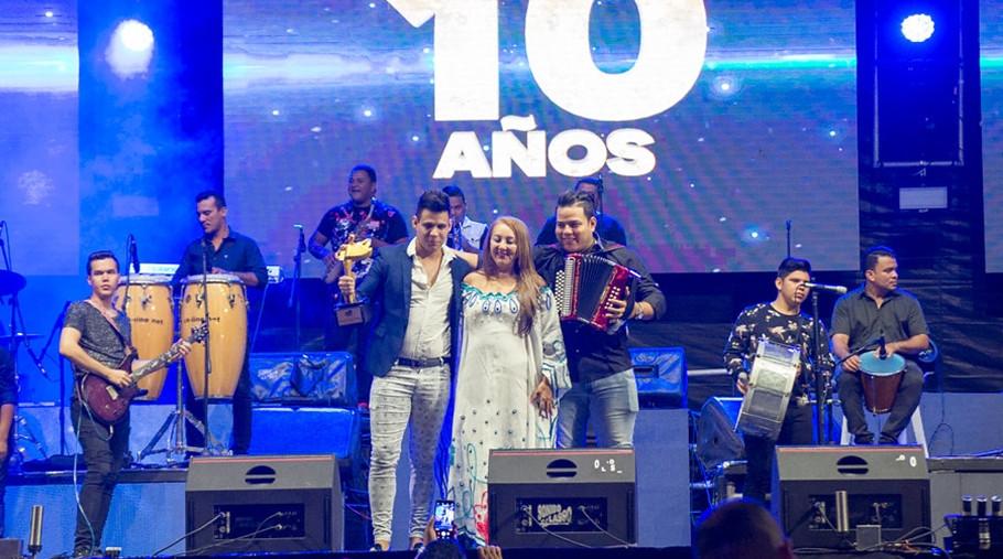 Jesu Romero con su agrupación en tarima, acompañados de Ruth Berardinelli, directiva del Festival.
