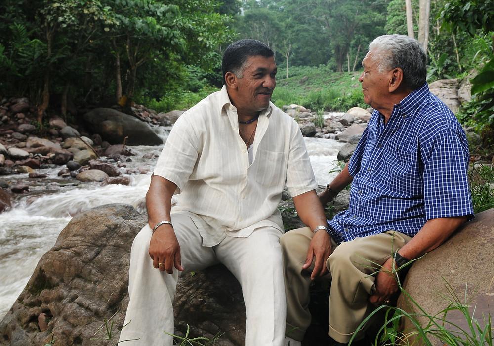 Ivo Díaz conversa con su padre Leandro, en la orilla de un río. Foto Cortesía.