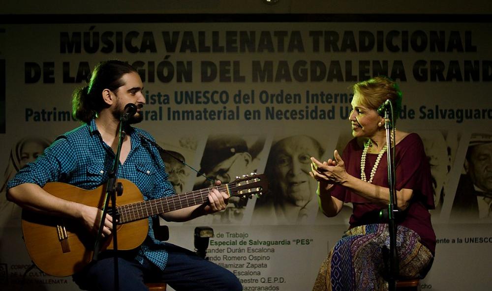 En la imagen Estela Durán Escalona con su hijo Mario Llanos.