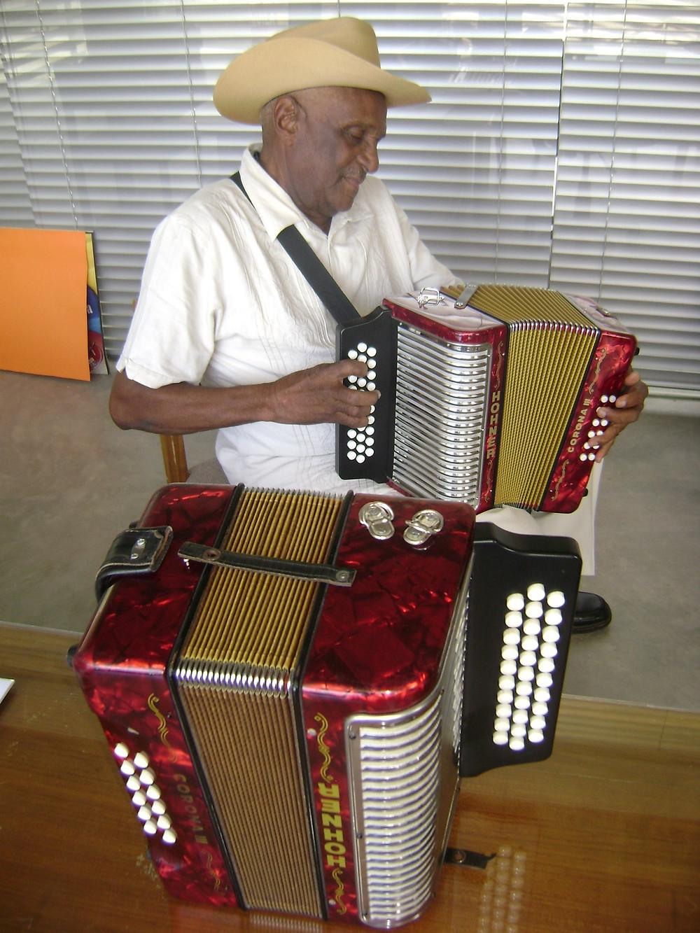 El acordeón ha sido su eterno compañero. Foto Cortesía.