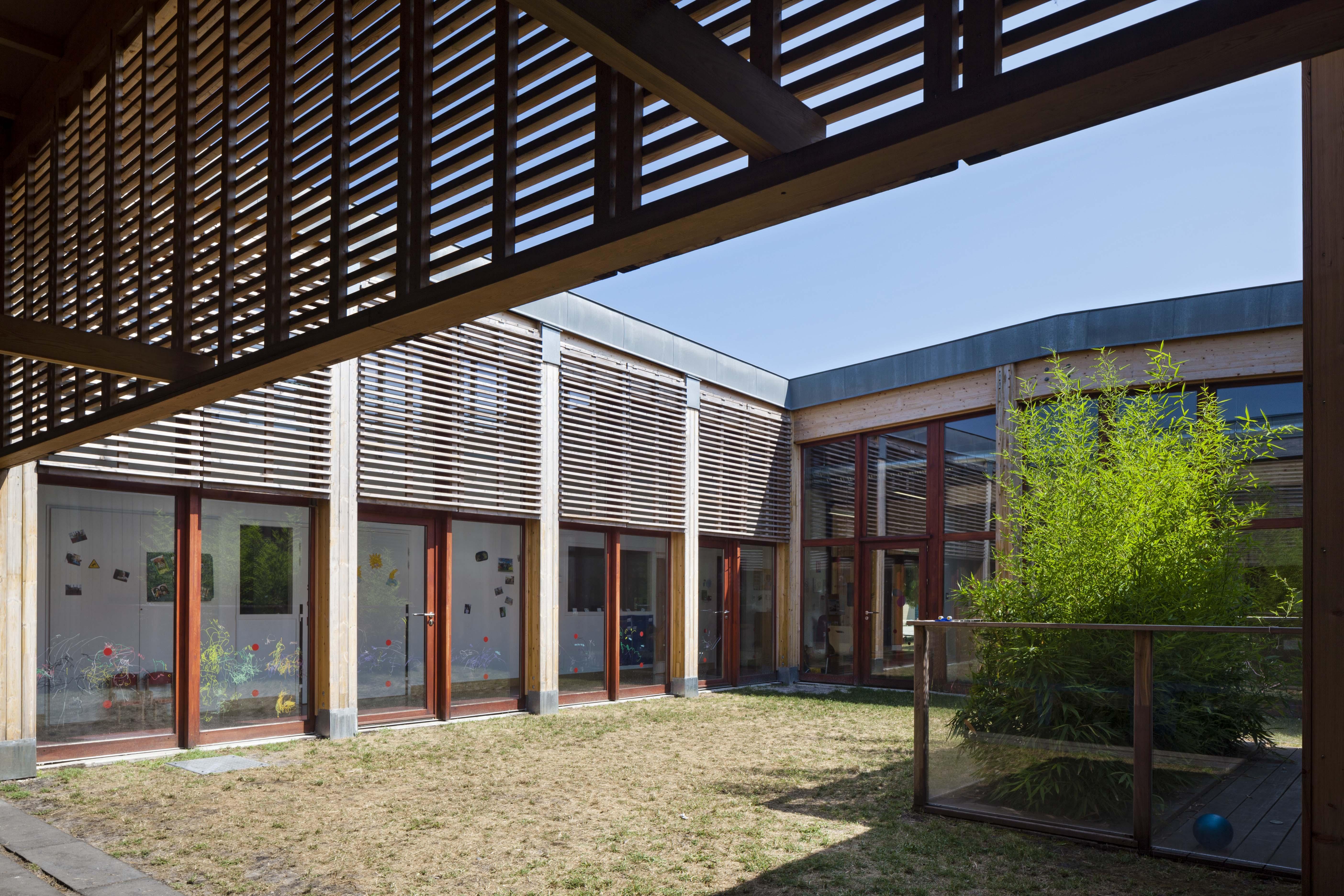 Multi-accueil autour d'un patio à Saint-Médard d'Eyrans