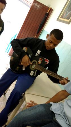 Jovem tocando violão