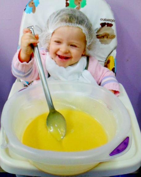 bebê na aula de culinária
