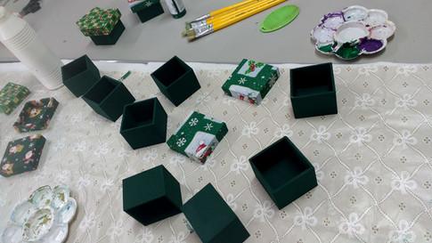 Preparando caixas presente