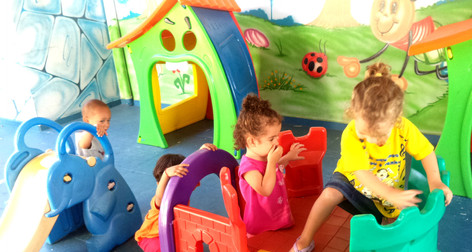 crianças se divertindo no parquinho