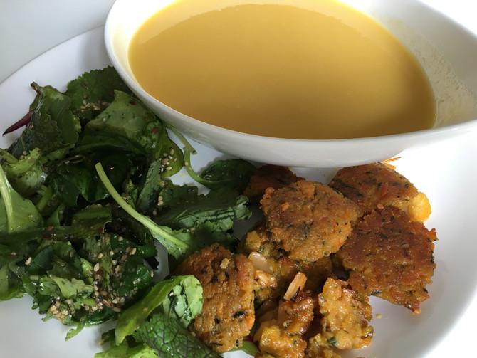 Potage de légumes de saison salade et crosty de patate douce-carotte
