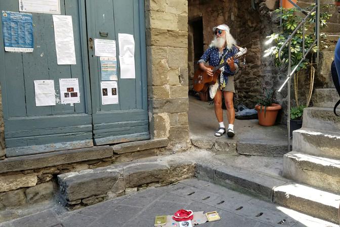 A busker in Corniglia
