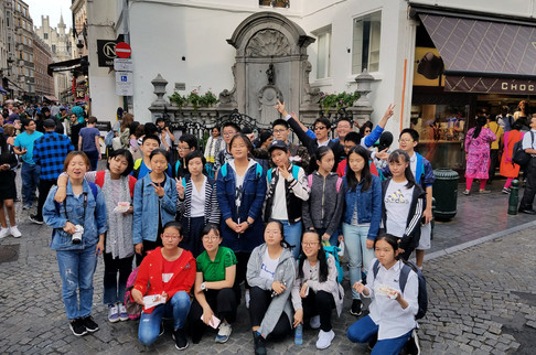 A different tourist group in front of the statue