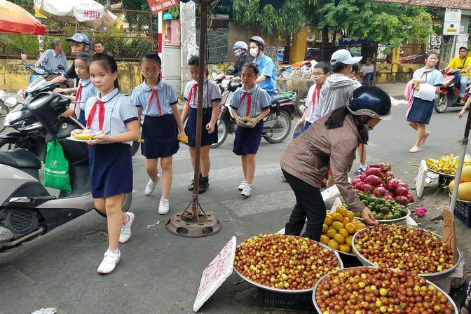 Schoolkids buying lunch