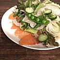 自家製スモークサーモンと新玉葱のサラダ/  Salade de saumon fumé  et oignon