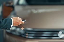 mão segurando alarme de carro