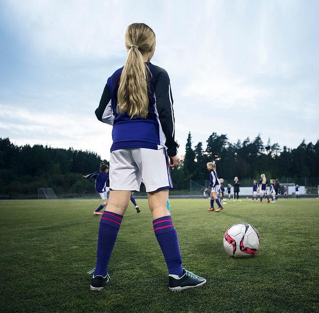 Rearview eines Mädchen-Fußball-Spielers