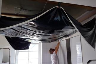 Schwarze Hochglanz-Spanndecke in einem Badezimmer