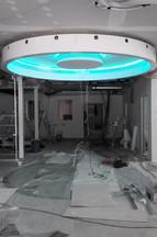 runde RGBW-Lichtdecke in einer Apotheke im Harz